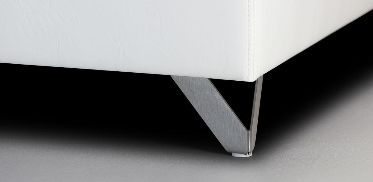 V39 - broušené kovové nohy; výška noh: 8 cm